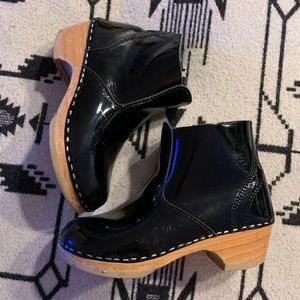 Awesome Black patent girls Clog boots